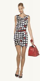 Tommy Hilfiger'da puantiye desenli elbiseler ön planda.